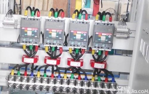 当采用照明电供电时,使用三相电其中的一相对用电设备供电,例如家用电