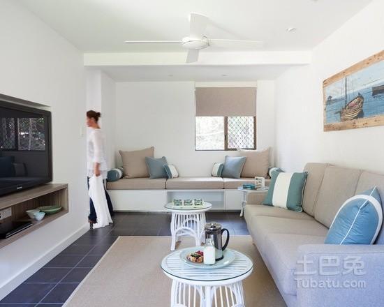 新居装饰中,腻子主要用来批嵌家具和内墙面的麻坑、裂缝和针眼等缺陷,使之表面平整细腻,并达到涂料施工的要求。开封装修工就给大家稍微展开来详细的说一说里面的门道吧。  根据家具和内墙面涂刷的要求,腻子分为木器腻子和内墙面腻子两类;根据腻子的本身性质,分为水性腻子和油性腻子两种;根据腻子的透明性,又可分为透明腻子和不透明腻子两种。