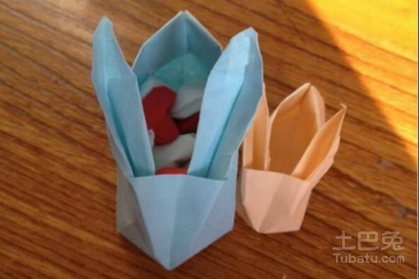 放置一点小东西的时候我们就会随手折一个出来,折纸储物盒不光折起来